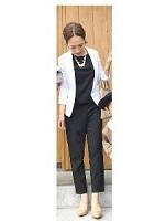 黒のスーツ 白のジャケット 女性