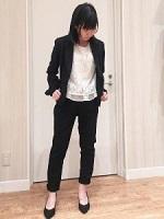 黒スーツ 白のインナー 女性