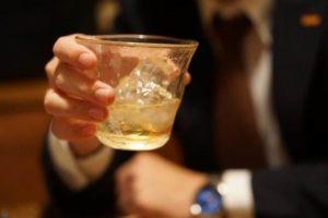 グラス ウイスキー スーツ