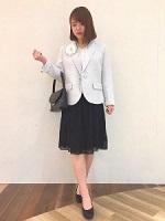 黒のシフォン系スカート 水色ジャケット ママ 入園式