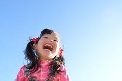 女の子 青空 笑顔