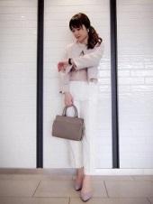 白 ベージュ パンツスーツ 入園式 ママ