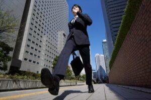 颯爽と街を歩く男性新入社員