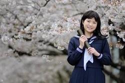 卒業証書をもつ女子学生 桜