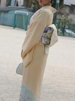 淡い黄色の着物 女性