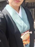 淡いブルーの着物 黒の羽織 女性
