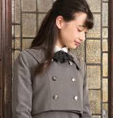 ロングヘアの制服姿の女の子