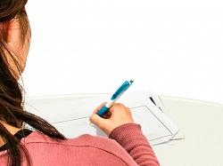 文章を書いている女性