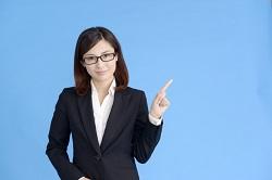 メガネをかけた女性 こちら