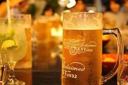 冷えたビールジョッキ 居酒屋