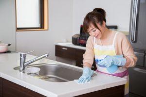 キッチンのシンクのお掃除をする女性
