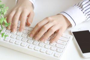 ノートパソコン 女性 手