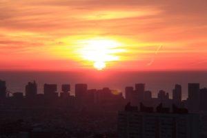 街を照らす朝日