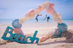 海辺で遊び女性2人 beach