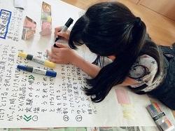 自由研究をまとめている女の子
