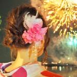 花火 浴衣の女性 大きな髪飾り