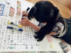 夏休みの自由研究をする小学生の女の子