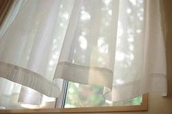 風で揺れるカーテン