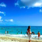 青空のもとで海水浴を楽しむ人たち
