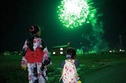 打ち上げ花火を見る浴衣姿の子供