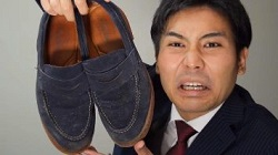 カビの生えたスエードの靴