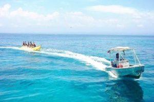 碧い海でバナナボート