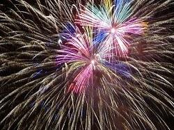夜空いっぱいに広がる華やかな打ち上げ花火