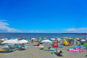 大勢の人で賑わうビーチ