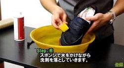洗った靴の洗剤を落としていく