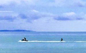 広い海でウェイクボード