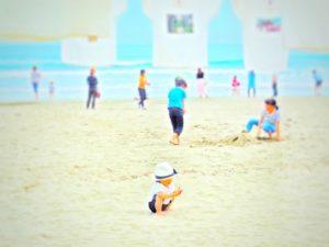 ビーチで遊び子供たち