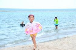 海辺 浮き輪をつけた女の子