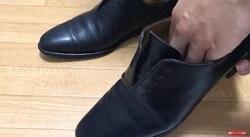 革靴のカビをキッチンペーパーでふき取る