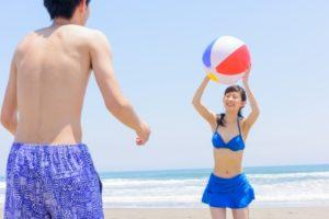 砂浜 ビーチボールで遊ぶカップル