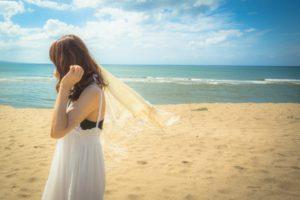 きれいなビーチを散歩する女性