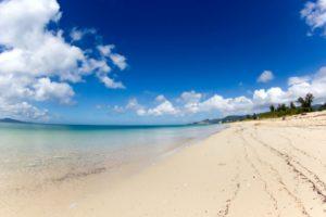 きれいな砂浜と海 青い空