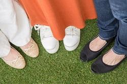 女性の足元 靴