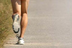 ランニング 女性 足