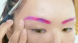 眉毛をピンクと紫を使って整える