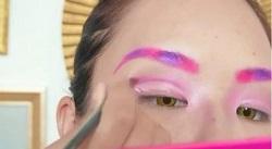 アイメイクはピンクや紫を中心にする