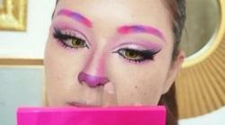 鼻を紫のアイシャドーで色付