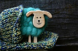 編み物の羊と帽子