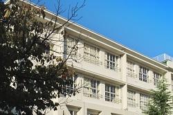 学校の校舎と青空