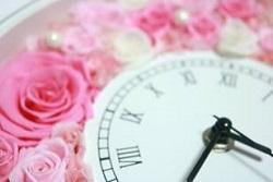 花に囲まれた時計