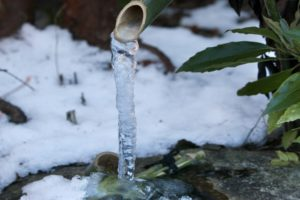 冬 ししおどしの凍った水