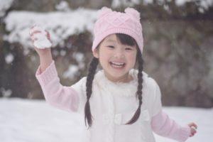雪合戦をする女の子