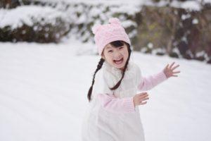 雪遊びする女の子