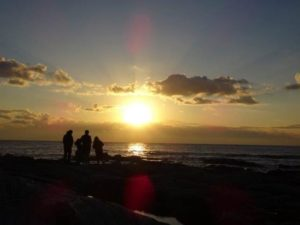 海辺で眺める初日の出