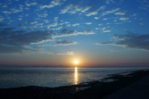 海辺で見る静かな日の出