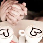 手を繋ぐカップル ハート カップ